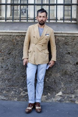 con circular blazer Cómo combinar camiseta cruzado cuello chino gris pantalón claro marrón 6YnAnqW87