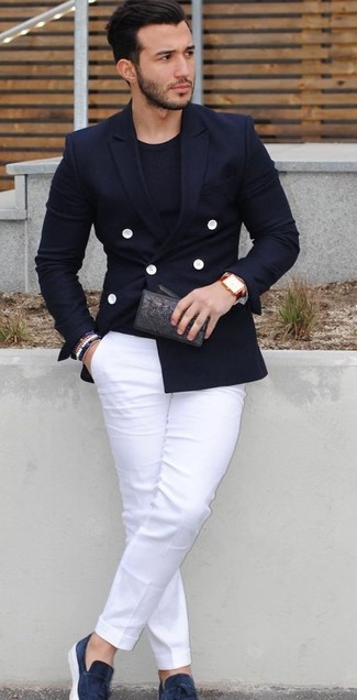 Cómo combinar: blazer cruzado azul marino, camiseta con cuello circular negra, pantalón chino blanco, mocasín con borlas de ante azul marino
