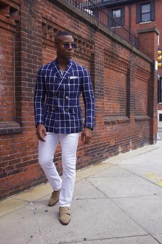 Cómo combinar: blazer cruzado a cuadros azul, camiseta con cuello circular gris, pantalón chino blanco, zapatos con doble hebilla de ante marrón claro