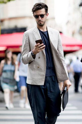 Cómo combinar: blazer cruzado de lino en beige, camiseta con cuello circular azul marino, pantalón chino de lino azul marino, bolso con cremallera de cuero negro