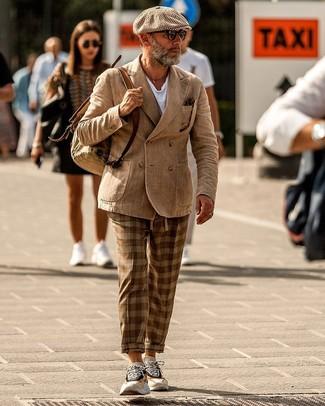 Cómo combinar: blazer cruzado marrón claro, camiseta con cuello circular blanca, pantalón chino de tartán marrón, deportivas en beige