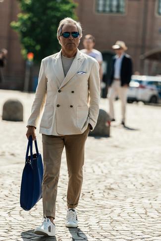 Moda para hombres de 50 años: Empareja un blazer cruzado en beige junto a un pantalón chino marrón claro para después del trabajo. Si no quieres vestir totalmente formal, haz tenis de cuero blancos tu calzado.
