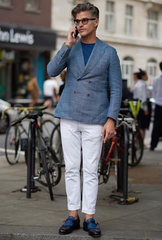 Cómo combinar un pantalón chino blanco: Usa un blazer cruzado a cuadros celeste y un pantalón chino blanco para lograr un look de vestir pero no muy formal. Con el calzado, sé más clásico y opta por un par de zapatos con hebilla de cuero azules.