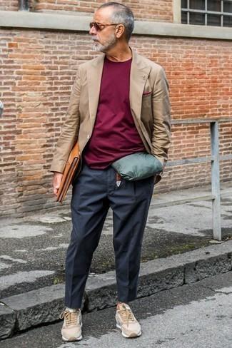 Moda para hombres de 60 años: Si buscas un look en tendencia pero clásico, haz de un blazer cruzado marrón y un pantalón chino en gris oscuro tu atuendo. Si no quieres vestir totalmente formal, opta por un par de tenis de ante marrón claro.