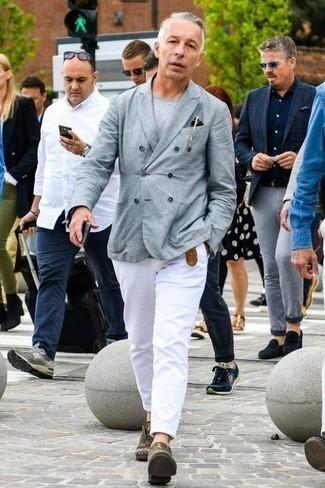 Cómo combinar una correa: Elige un blazer cruzado gris y una correa para lidiar sin esfuerzo con lo que sea que te traiga el día. ¿Te sientes valiente? Opta por un par de zapatos derby de cuero verde oliva.