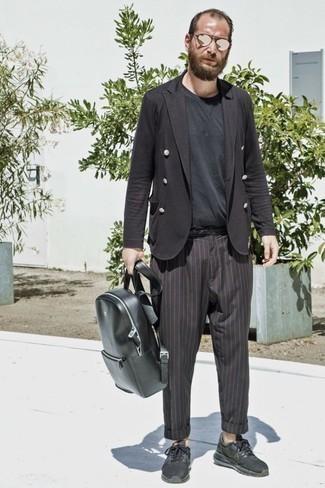 Cómo combinar una camiseta con cuello circular negra: Elige una camiseta con cuello circular negra y un pantalón chino de rayas verticales negro para cualquier sorpresa que haya en el día. ¿Quieres elegir un zapato informal? Completa tu atuendo con deportivas negras para el día.