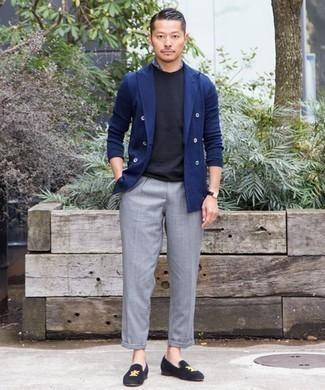 Cómo combinar una bandana azul: Utiliza un blazer cruzado azul marino y una bandana azul para conseguir una apariencia relajada pero elegante. Luce este conjunto con mocasín de terciopelo azul marino.