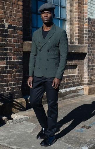 Cómo combinar una camiseta con cuello circular negra: Elige una camiseta con cuello circular negra y un pantalón chino negro para conseguir una apariencia relajada pero elegante. Opta por un par de zapatos derby de cuero negros para mostrar tu inteligencia sartorial.
