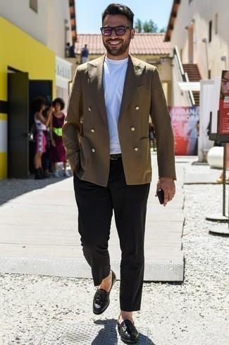 Un pantalón chino de vestir con un mocasín con borlas negro: Ponte un blazer cruzado verde oliva y un pantalón chino para lograr un estilo informal elegante. Completa tu atuendo con mocasín con borlas negro para mostrar tu inteligencia sartorial.