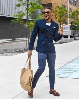 Cómo combinar una bolsa tote de lona marrón claro: Utiliza un blazer cruzado azul marino y una bolsa tote de lona marrón claro para un look diario sin parecer demasiado arreglada. Dale un toque de elegancia a tu atuendo con un par de mocasín con borlas de cuero marrón.