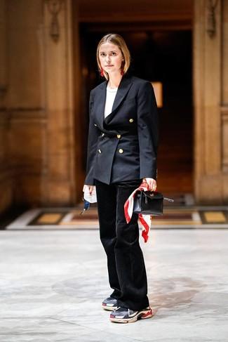 Cómo combinar: blazer cruzado negro, camiseta con cuello circular blanca, pantalón de campana negro, deportivas en gris oscuro
