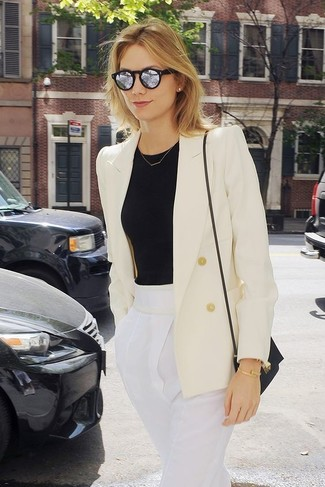 Cómo combinar: blazer cruzado blanco, camiseta con cuello circular negra, pantalón de pinzas blanco, bolso bandolera de cuero negro