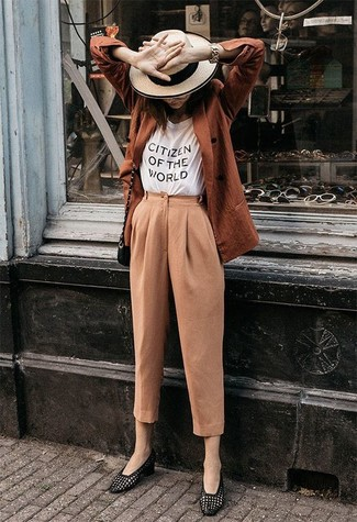 Cómo combinar: blazer cruzado en tabaco, camiseta con cuello circular estampada en blanco y negro, pantalón de pinzas marrón claro, mocasín de cuero negros