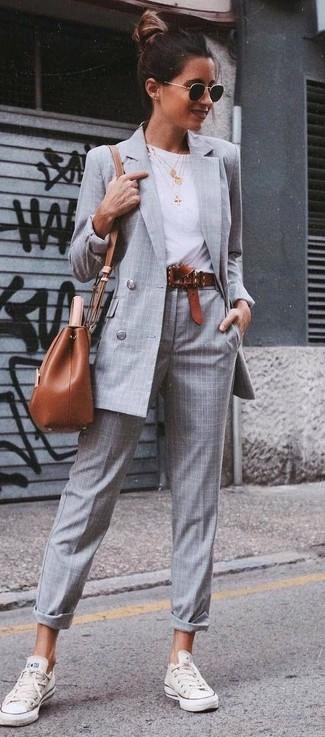 Cómo combinar: blazer cruzado a cuadros gris, camiseta con cuello circular blanca, pantalón de vestir de tartán gris, tenis blancos