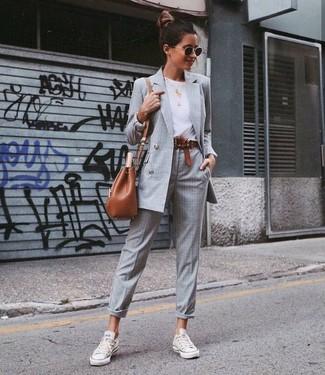 Cómo combinar: blazer cruzado a cuadros gris, camiseta con cuello circular blanca, pantalón de vestir de tartán gris, tenis de lona blancos