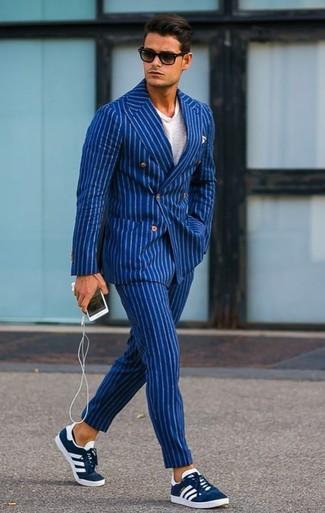Cómo combinar: blazer cruzado de rayas verticales azul, camiseta con cuello circular blanca, pantalón de vestir de rayas verticales azul, tenis de ante azul marino