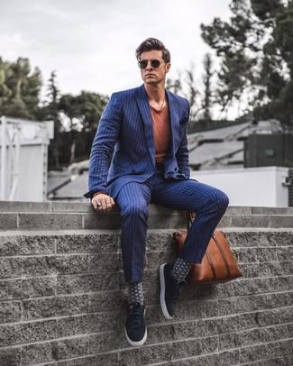 Cómo combinar un blazer cruzado de rayas verticales azul marino: Elige un blazer cruzado de rayas verticales azul marino y un pantalón de vestir de rayas verticales azul marino para una apariencia clásica y elegante. Un par de mocasín con borlas de ante negro se integra perfectamente con diversos looks.