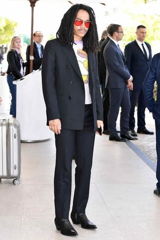 Cómo combinar: blazer cruzado negro, camiseta con cuello circular estampada blanca, pantalón de vestir negro, botines chelsea de cuero negros