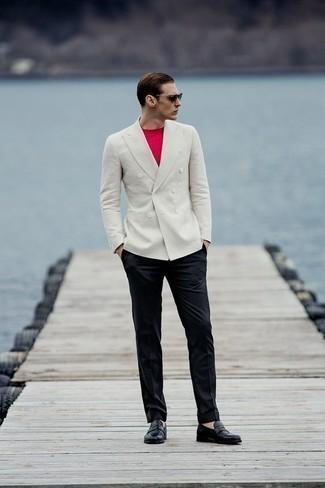 Cómo combinar un blazer cruzado blanco: Equípate un blazer cruzado blanco con un pantalón de vestir negro para un perfil clásico y refinado. Si no quieres vestir totalmente formal, complementa tu atuendo con mocasín de cuero negro.