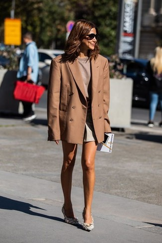 Cómo combinar unos pantalones cortos: Para un atuendo que esté lleno de caracter y personalidad intenta ponerse un blazer cruzado marrón y unos pantalones cortos. Zapatos de tacón de tweed blancos son una opción estupenda para complementar tu atuendo.