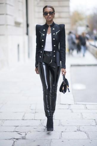 Look de moda: Blazer cruzado negro, Camiseta con cuello circular blanca, Pantalones pitillo de cuero negros, Botines de terciopelo negros
