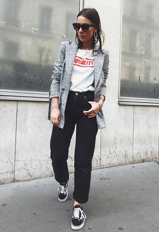 Cómo combinar: blazer cruzado a cuadros gris, camiseta con cuello circular estampada en blanco y rojo, vaqueros boyfriend negros, tenis negros