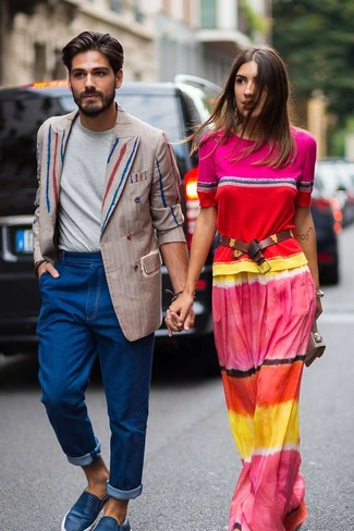 Cómo combinar: blazer cruzado de rayas verticales en beige, camiseta con cuello circular gris, vaqueros azules, zapatillas slip-on de cuero azules