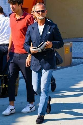 Cómo combinar unas gafas de sol azul marino: Ponte un blazer cruzado azul marino y unas gafas de sol azul marino para una vestimenta cómoda que queda muy bien junta. Mocasín con borlas de cuero negro dan un toque chic al instante incluso al look más informal.