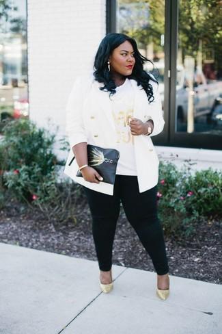 Cómo combinar: blazer cruzado blanco, camiseta con cuello circular estampada blanca, vaqueros pitillo negros, zapatos de tacón de lentejuelas dorados