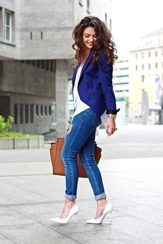 Cómo combinar: blazer cruzado azul, camiseta con cuello circular blanca, vaqueros pitillo desgastados azules, zapatos de tacón de cuero blancos