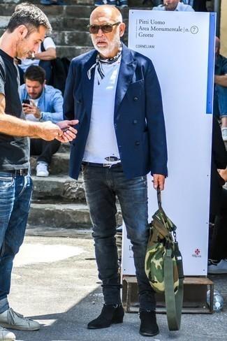 Moda para hombres de 60 años: Ponte un blazer cruzado azul marino y unos vaqueros pitillo en gris oscuro para las 8 horas. Dale onda a tu ropa con botines chelsea de ante negros.
