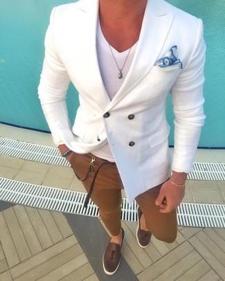Cómo combinar: blazer cruzado blanco, camiseta con cuello en v blanca, pantalón chino marrón, mocasín con borlas de cuero en marrón oscuro