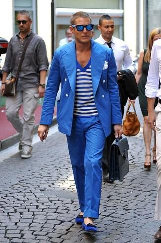 Cómo combinar: blazer cruzado azul, camiseta con cuello en v de rayas horizontales en blanco y azul, pantalón de vestir azul, mocasín de ante azul