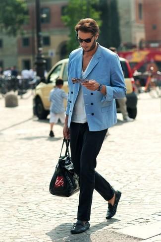 Cómo combinar: blazer cruzado azul, camiseta con cuello en v blanca, pantalón de vestir negro, mocasín de cuero negro