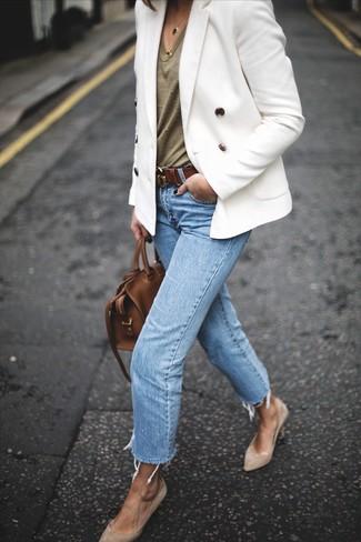 Cómo combinar: blazer cruzado blanco, camiseta con cuello en v verde oliva, vaqueros celestes, zapatos de tacón de ante en beige