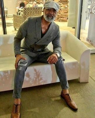 Cómo combinar una camiseta con cuello en v negra: Equípate una camiseta con cuello en v negra con unos vaqueros desgastados grises para un look agradable de fin de semana. Zapatos oxford de cuero marrónes dan un toque chic al instante incluso al look más informal.