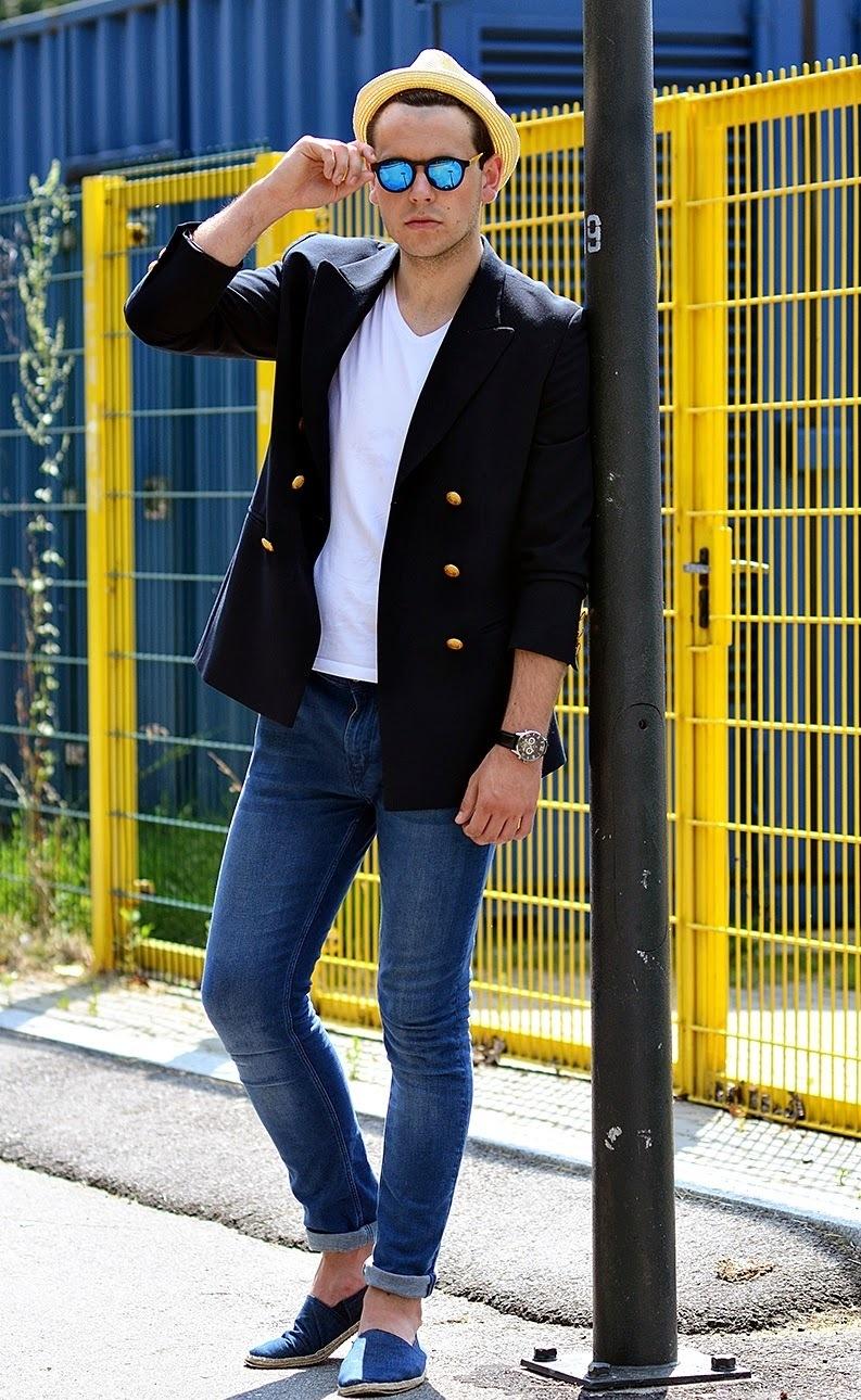 Look de moda Blazer Cruzado Azul Marino, Camiseta con Cuello en V Blanca,
