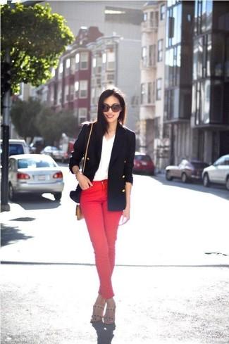 Cómo combinar: blazer cruzado azul marino, camiseta con cuello en v blanca, vaqueros pitillo rojos, sandalias de tacón de cuero en beige