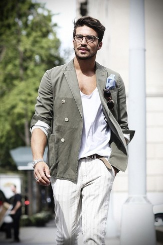 Cómo combinar: blazer cruzado de algodón verde oliva, camiseta de manga larga blanca, pantalón chino de rayas verticales en beige, pañuelo de bolsillo de cuadro vichy en blanco y azul