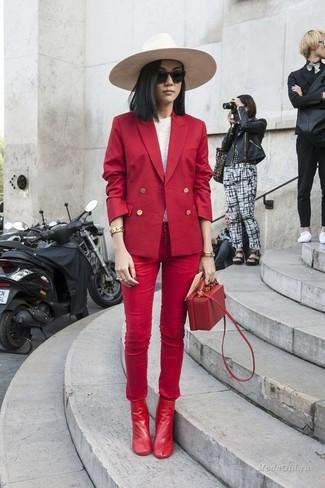 Cómo combinar: blazer cruzado rojo, camiseta de manga larga blanca, vaqueros pitillo rojos, botines de cuero rojos