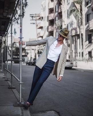 Cómo combinar: blazer cruzado gris, camiseta henley de manga larga blanca, pantalón de vestir azul marino, mocasín de ante en marrón oscuro