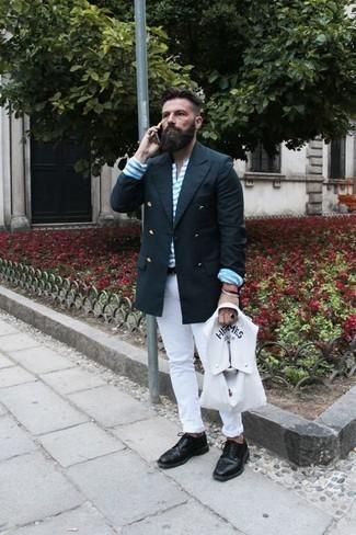 Cómo combinar un blazer cruzado azul marino: Opta por un blazer cruzado azul marino y unos vaqueros blancos para lograr un look de vestir pero no muy formal. Zapatos brogue de cuero negros son una forma sencilla de mejorar tu look.