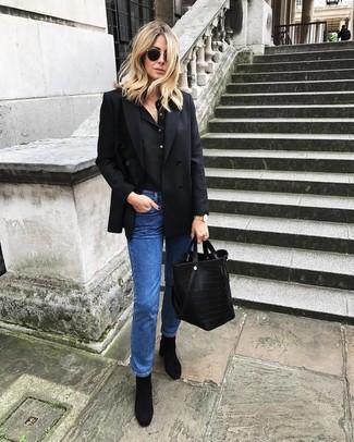 Cómo combinar: blazer cruzado negro, camiseta henley negra, vaqueros azules, botines de ante negros