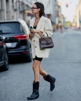 Cómo combinar unas botas camperas de cuero negras: Opta por un blazer cruzado blanco y unas mallas ciclistas negras para crear una apariencia elegante y glamurosa. Si no quieres vestir totalmente formal, elige un par de botas camperas de cuero negras.