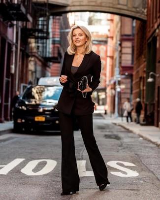 Cómo combinar: blazer cruzado negro, camiseta sin manga en gris oscuro, pantalón de campana negro, zapatos de tacón de ante negros