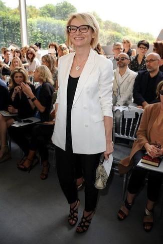 Cómo combinar: blazer cruzado blanco, camiseta sin manga negra, pantalón de pinzas negro, sandalias de tacón de cuero negras