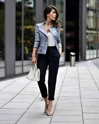 Cómo combinar: blazer cruzado celeste, camiseta sin manga blanca, pantalón de pinzas azul marino, zapatos de tacón de cuero con print de serpiente grises