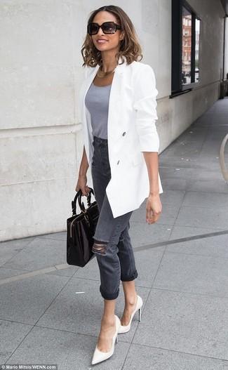 Cómo combinar: blazer cruzado blanco, camiseta sin manga gris, vaqueros desgastados en gris oscuro, zapatos de tacón de cuero blancos