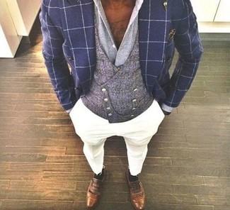 Cómo combinar: blazer cruzado a cuadros azul marino, chaleco de vestir gris, camisa de vestir gris, pantalón chino blanco