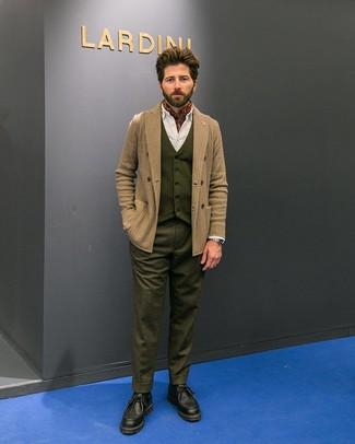 Cómo combinar: blazer cruzado de lana de espiguilla marrón claro, chaleco de vestir de lana verde oliva, camisa de vestir blanca, pantalón de vestir de lana verde oliva